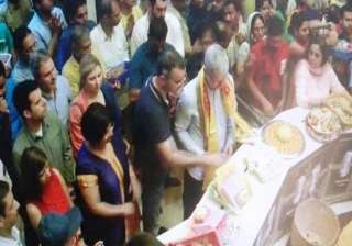 Cook started his maiden India trip with an early morning visit to the famed Shree Siddhivinayak temple in Prabhadevi, central Mumbai, where he performed a special 'aarti'.