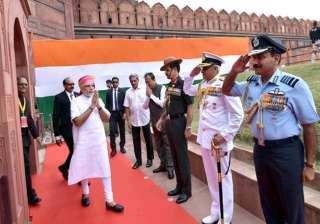 PM Narendra Modi received by Defence Minister Manohar Parrikar, three Service Chiefs, on his arrival at Red Fort.