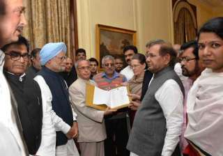 Sonia Gandhi, along with other leaders, presented a memorandum against the government's Land Bill to the President.