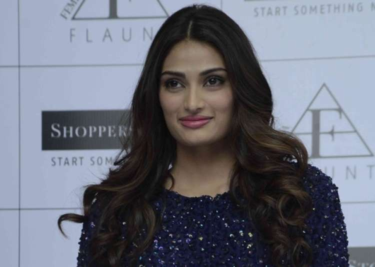 I have not been approached for 'Circus', says Athiya- India Tv