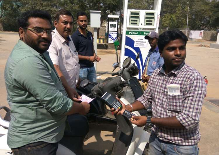 Cash dispensation at HP petrol pump in Mysore- India Tv