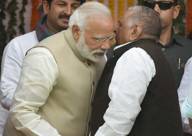 Modi and Mulayam exchange warm gestures during Yogi's- India Tv