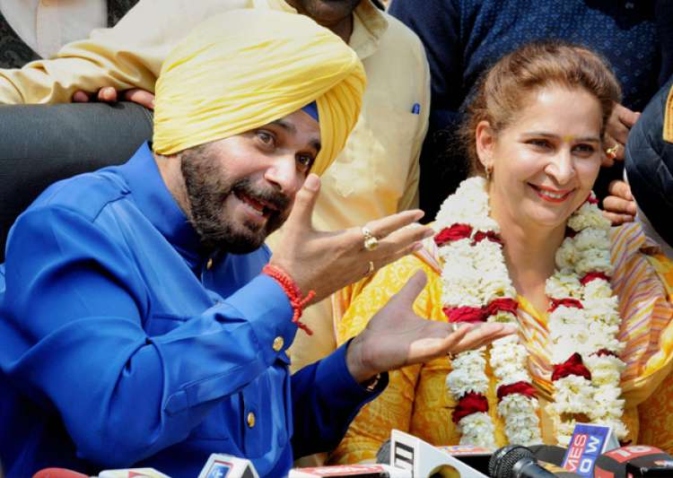 Navjot Singh Sidhu with his wife Navjot Kaur addressing- India Tv