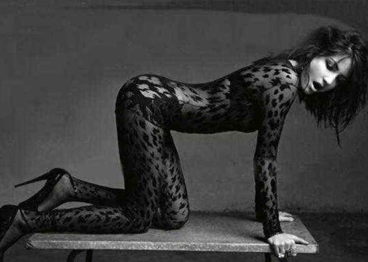 anushka does a sizzling shoot for vogue india- India Tv