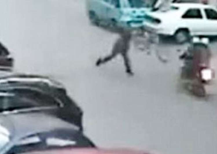man in china throws cycle at robbers to catch them- India Tv