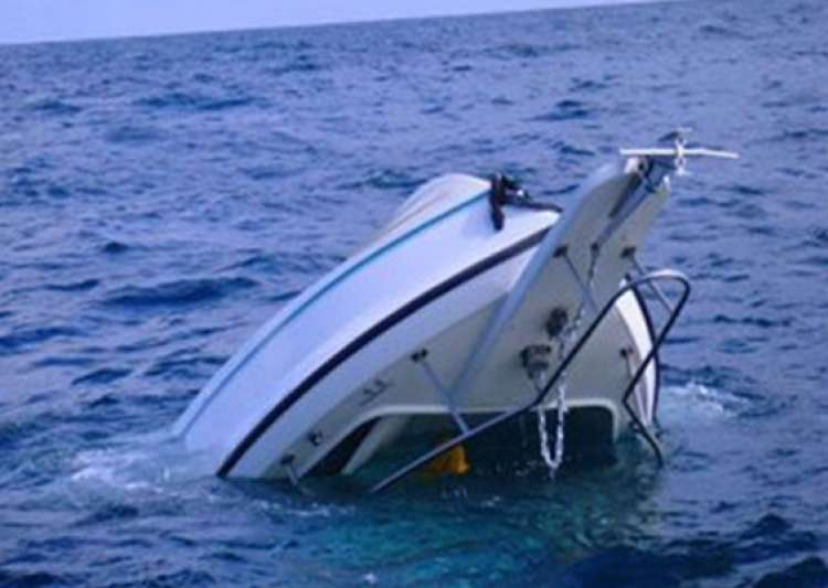 fishing boat sinks almost 25 feared dead in karachi- India Tv