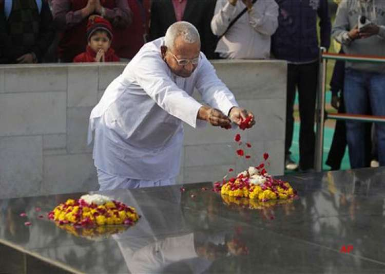 anna visits rajghat ahead of his day long fast on lokpal- India Tv