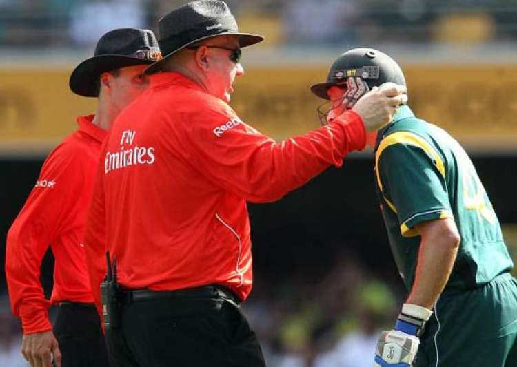 out or not out third umpire creates confusion- India Tv
