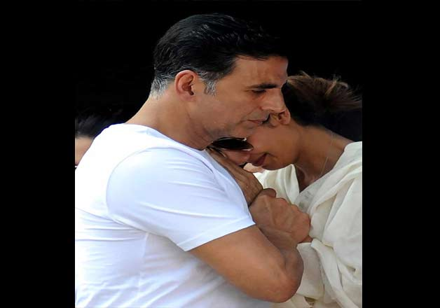 Akshay seen consoling Shilpa. The actress was unable to control her tears.