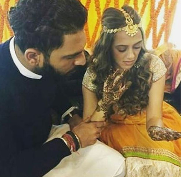 For the mehendi ceremony which happened during the day, bride-to-be Hazel wore a yellow suit and she looked divine where as Yuvi wore a dark blue bandhgala suit.