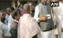 Video: Congress candidate brandishes gun in Palamu, clashes